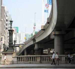 el puente esta debajo de la autovia, si